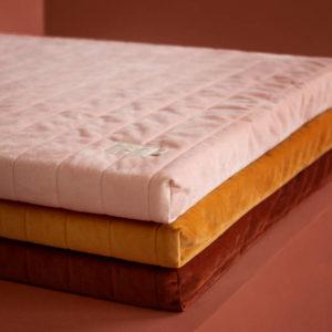 Speelmatras Zanzibar Velvet - Bloom Pink van Nobodinoz - My Little Carpet